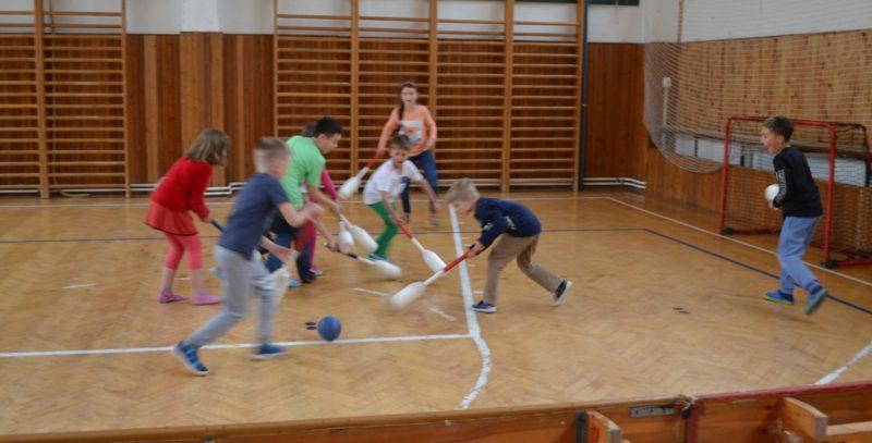 Den dětí s pozemním hokejem v Praze 15