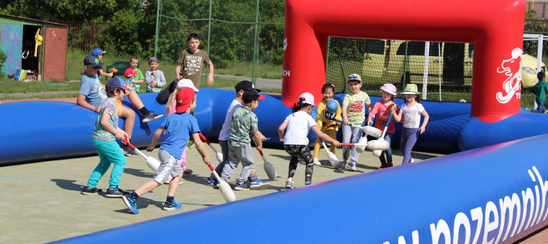 Den dětí s pozemním hokejem v Praze 12